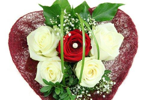 Blumenversand - Blumenstrauß - Ein Herz aus Edelrosen