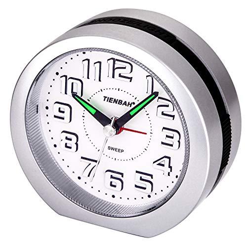 Reloj Despertador Analógico,Visualización de Números en 3D Operador a Batería Simple Silencio Sin Tictac Reloj de Mesa de Cabecera Snooze y Funciones de Luz Reloj Matutino para Niños(Plata)