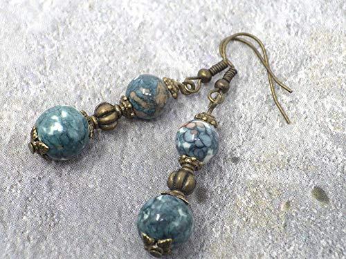 Pendientes con finas perlas de jade teñidas de azul y gris, cuentas de metal, perla tibetana y gancho de bronce francés.