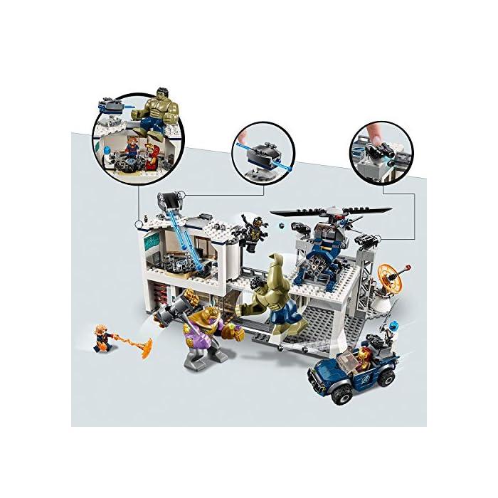 """51mPw7E4dHL Este set de superhéroes para construir incluye 4 minifiguras del universo Marvel: Iron Man, Capitana Marvel, Nébula y un Outrider de 4 brazos; incluye también grandes figuras articuladas de Hulk y Thanos, así como una microfigura de Ant-Man. Este juguete de construcción representa el complejo de los Vengadores, equipado con un edificio de oficinas de 2 plantas, helipuerto y garaje, e incluye un helicóptero y un todoterreno para dar cabida al juego creativo. El edificio de oficinas cuenta con: 2 elementos con el logotipo de los Vengadores en la pared exterior; un cañón automático giratorio que se puede inclinar en la azotea; planta inferior con entrada, ordenador giratorio para construir y caja fuerte con """"rayo láser""""; y planta superior con sala de reuniones, mesa con compartimento secreto, puerta giratoria que conduce al helipuerto y diferentes accesorios (entre ellos 3 sillas, 2 armas, 3 copas y una taza)."""