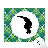 スポーツ選手のジャンプのローラースケート 緑の格子のピクセルゴムのマウスパッド
