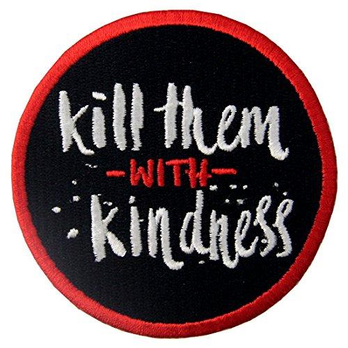 Töte sie mit Freundlichkeit Bestickter Aufnäher zum Aufbügeln/Annähen