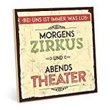 TypeStoff Holzschild mit Spruch – MORGENS Zirkus, ABENDS Theater – im Vintage-Look mit Zitat als...