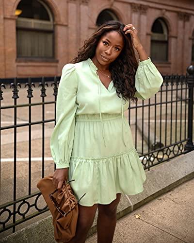 The Drop Robe Courte pour Femme, à Manches Longues, avec Encolure en V, Vert Fumé, par @highlowluxxe