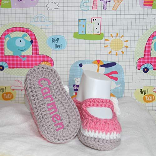 Zapatitos bebé hechas a mano en ganchillo con hilo de algodón y personalizadas con el nombre bordado en la suela.
