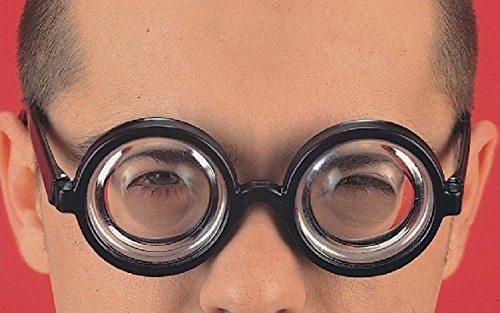 Specs met dikke lenzen in een bijziende zak