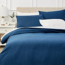 Amazon Basics - Juego de ropa de cama con funda nórdica de microfibra y 2 fundas de almohada - 220 x 250 cm, azul marino