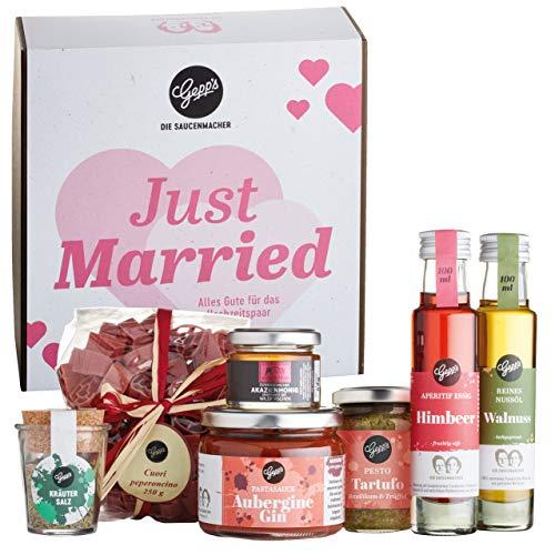 """Gepp's Feinkost ,,Just Married"""" Hochzeitsgeschenk für das Brautpaar I Geschenkbox gefüllt mit Delikatessen wie hausgemachter Herzpasta, Trüffel-Pesto & Akazienhonig I Gourmet Geschenk zur Hochzeit"""