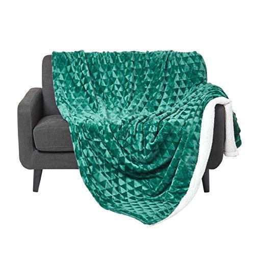 Homescapes Flauschiges Plaid, grün, samtweiche Kuscheldecke in Fell-Optik mit geometrischem Muster, Tagesdecke 160 x 200 cm, warme Fleece-Decke aus 100prozent Polyester, Dreiecke