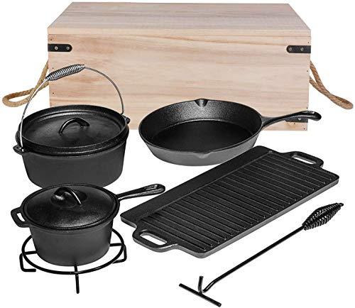 femor 7-teiliges Dutch Oven Set, Dutch-Oven Set mit Dutch Oven(3,8L), Grillplatte, Stieltopf, Bratpfanne, Untersetzer, Deckelheber & Holzkiste, bereits eingebrannt, für Kochen, Braten Backen & BBQ
