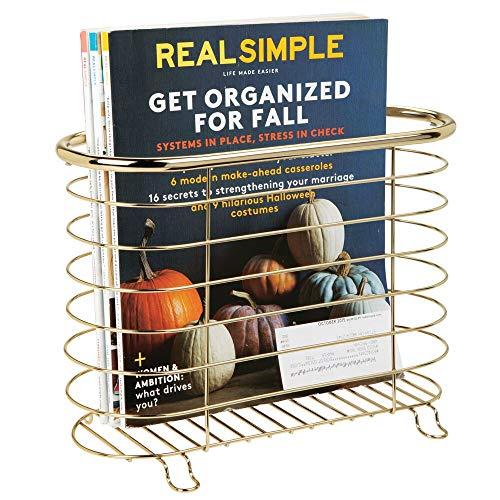 mDesign Revistero de metal – Práctico revistero de pie para revistas, libros y periódicos – Elegante cesta de metal para el baño – latón