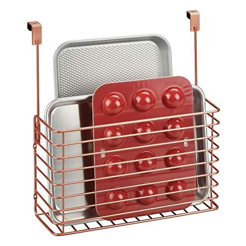mDesign Küchenregal zum Einhängen – praktischer Ordnungshelfer für die Küche – Küchenablage für die Schranktür zur Aufbewahrung von Schneidebrettern, Kochbüchern etc. – kupferfarben