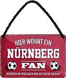 Blechschilder Hier wohnt EIN Nürnberg Fan/Nürnberg Fan/Ich Bin Nürnberg Fan Deko Metallschild Schild Artikel Geschenk zum Geburtstag oder Weihnachten (Rot (18x12))