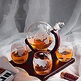 KKTECT Ensemble de carafe à whisky gravé Globe 1000 ml avec 4 tasses en verre et support en bois classique pour le vin/brandy/bourbon/décoration Scotch-Home