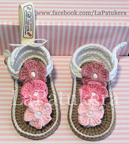 Patucos Sandalias modelo Hawai triflor para bebé de crochet, de color blanca y degradado de flores a elegir, 100% algodón, tallas de 0 a 9 meses, hechos a mano en España. Regalo para bebé.