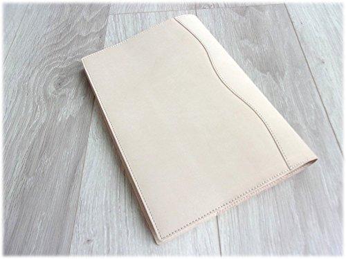 素材によって耐久性や使い勝手は違ってきます。しっかりと丈夫なものをお探しならレザー(革)素材。高級感があり使うほどに肌に馴染んでくれます。ナイロン素材なら耐水性がありカジュアルに使うことができます。
