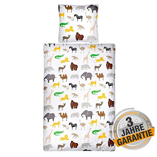 Aminata Kids Safari Kinder Bettwäsche · Afrika Tour · Zoo-Tiere & Dschungel · Wende-Motiv · 2 teilig · Kissenbezug 80x80 + Bettbezug 135x200 cm · 100% Baumwolle · AFFE, Giraffe, Elefant, Zebra