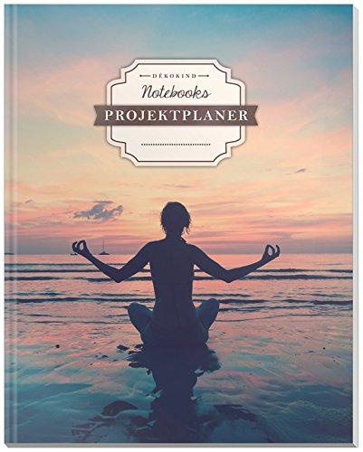 DÉKOKIND Projektplaner | DIN A4, 100+ Seiten, Register, Kontakte, Vintage Softcover | Für über 50 Projekte geeignet| Motiv: Yogaübung