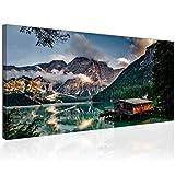 Topquadro XXL Wandbild, Leinwandbild 100x50cm, Hütte in den Dolomiten mit Blick auf Berge und See - Natur und Landschaft - Panoramabild Keilrahmenbild, Bild auf Leinwand - Einteilig