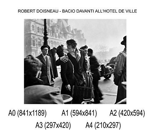 Social Crazy Poster su Carta Fotografica Premium 270 gr - Robert Doisneau - Bacio Davanti all'hotel De Ville - Fine Art Print Locandina HD 100% qualità Italia Idea Regalo Casa Quadro Home (A0)