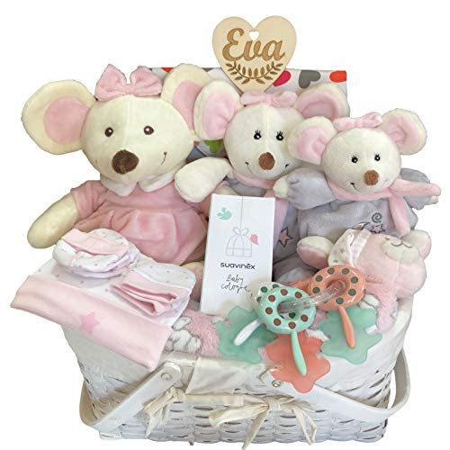 Canastilla recién nacido niña, con corazón personalizado, dos paquetes pañales Dodot, tres ratitas de felpa, mantita rosa, gorrito, manoplas y patucos, mordedor llavero, bandana y colonia Suavinex.