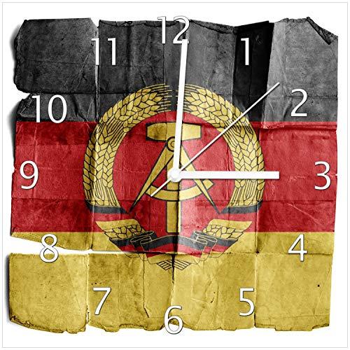 Wallario Design Wanduhr DDR Flagge auf altem Papier - schwarz rot Gold aus Echtglas, Größe 30 x 30 cm, weiße Zeiger