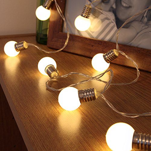 batteriebetriebene Party Lichterkette mit 10 warmweißen LEDs in mattierten Miniballons im Glühbirnchen Design, von Festive Lights