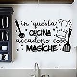 Adesivo da parete in vinile con frase in italiano'IN QUESTA CUCINA' adesivi murali frasi in italiano citazione, decorazione da parete, Wall Stickers, Art Sticker Decal Mural DC-18031