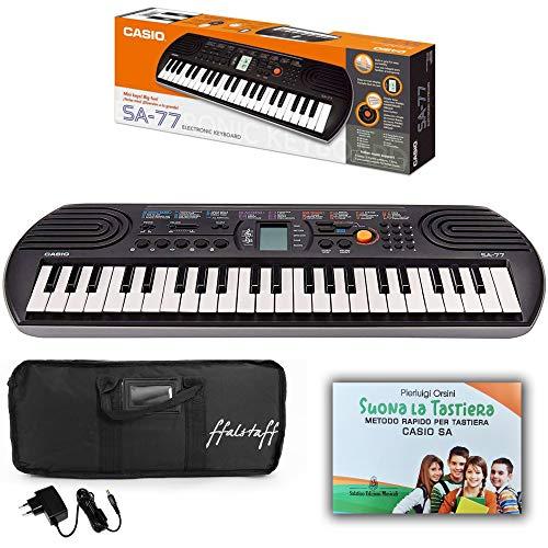 Kit Pianola Tastiera Casio SA 77 (Fondo Grigio) con Borsa ffalstaff imbottita, Alimentatore e Metodo Rapido'Suona la Tastiera'