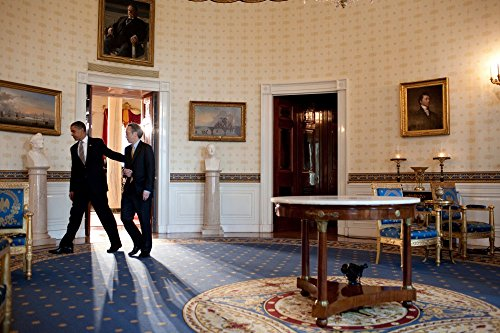 Das Museum Outlet – Barack Obama und Steven Chu in the Blue Room – Poster Print Online kaufen (152,4 x 203,2 cm)