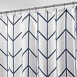 mDesign Cortina de ducha – Cortinas de baño de atractivo diseño con protección ante salpicaduras – Accesorio para ducha y bañera de cuidado fácil – azul marino/blanco