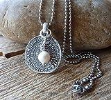 chrissona® lange Edelstahl Kugelkette mit Münze und weißer Perle, Replik Phaistos Scheibe, versilbert, Geschenk, Frau, Kette, Halskette, in verschiedenen Längen...