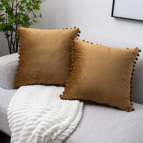 UPOPO Juego de 2 fundas de cojín de terciopelo con pompones, decorativas, de un solo color, para sofá, dormitorio, salón, 45 x 45 cm, color marrón