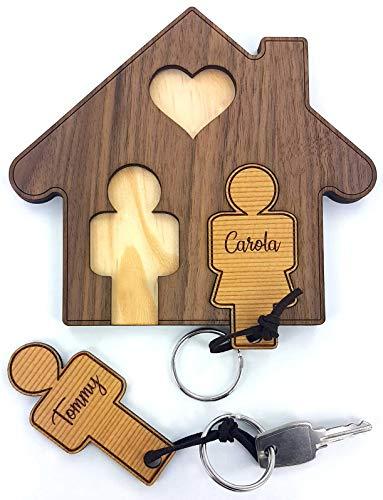 Schlüsselbrett Haus aus Walnuss inkl. Schlüsselanhänger-Set aus Zeder mit Wunschnamen (z.B. Tommy + Carola) / individuelle Gravur/Beschriftung