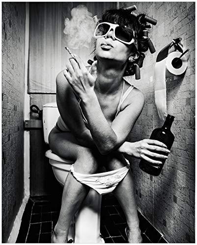 Wallario Black and White Edition - Poster Kloparty - Sexy Frau auf Toilette mit Zigarette und Schnaps in Premiumqualität, Größe: 40 x 50 cm