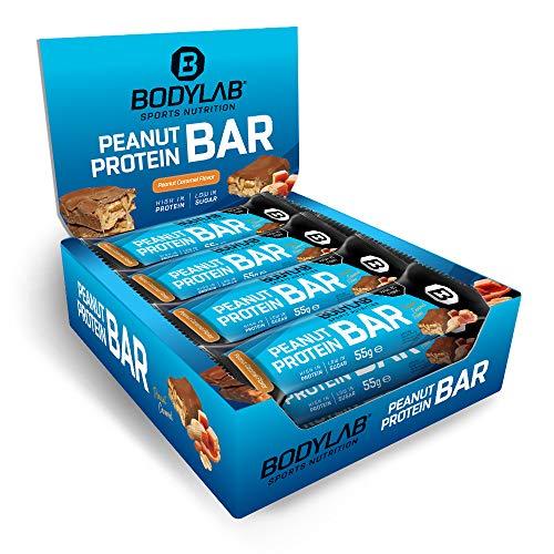 Bodylab24 Peanut Caramel Protein Bar 12x55g / Knuspriger Protein-Riegel mit 18g Eiweiß pro Riegel / High Protein Low Sugar / Eiweißriegel mit wenig Zucker / Erdnuss Karamell