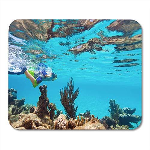Mauspads Weißer Schnorchel-Teenager, der unter Wasser in flachem Türkis schwimmt Mauspad für Notizbücher, Desktop-Computer-Matten Büromaterial