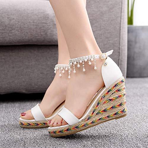 High Heels van wit leer, kant, Romeinse sandalen met vismond, met parels en franjes, lange hak, wit (8 cm of meer).