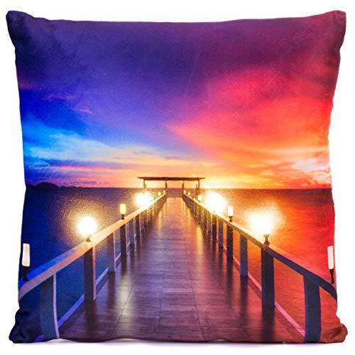 Nexos Trading LED Kissen Sofakissen mit Beleuchtung Fotodruck Bootssteg 38 x 38cm Zierkissen Dekokissen mit Licht Leuchtkissen Sonnenuntergang Meer Strand Pier See