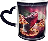 Perezoso de dibujos animados, animal salvaje divertido con pizza en galaxia colorida Taza mágica sensible al calor que cambia de color en el cielo Tazas de café con arte divertido Regalos pe