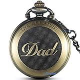 """Orologio da tasca color bronzo con scritta """"Dad"""". Diametro della cassa: 4,8 cm circa. Spessore della cassa: 1,5 cm circa(coperchio incluso). Lunghezza della catena: 36 cm circa (gancio incluso). Ciondolo con scritta in inglese """"Dad"""" incisa, quadrante..."""