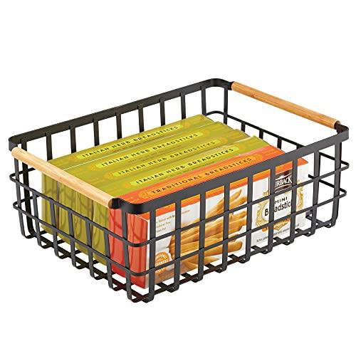 mDesign großer Allzweckkorb aus Metall – Aufbewahrungskorb für Küche, Vorratskammer etc. – kompakter und universeller Drahtkorb mit integrierten Bambusgriffen – mattschwarz