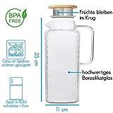 GLASWERK Glaskaraffe (2L) - Wasserkrug mit Deckel aus edlem Eichenholz - Karaffe aus stabilem Borosilikatglas - Wasserkaraffe mit Sieb im Ausguss - 7
