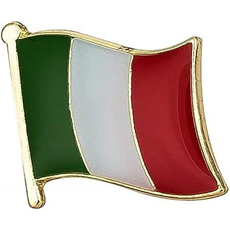 Spilla Smaltata con Bandiera Italiana. Dimensioni approssimative: 15 mm x 15 mm. Finitura a Mano a Lunga Durata. Design con Superficie in Metallo Resistente all'ossidazione.