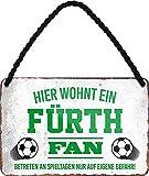 Targa in metallo con scritta in lingua tedesca 'HIER WOHNT UN FITH Fan Targa da appendere per gli appassionati di calcio. Idea regalo, 18 x 12 cm