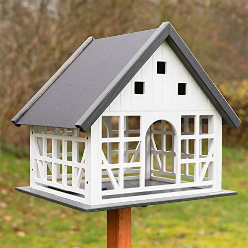 VOSS.garden Vogelhaus Belau weiß Fachwerk mit Metalldach Fachwerkstil mit Bodenluke Vogelfutterhaus Vogel Futterhaus Vögel ohne Ständer Garten Futterstation Vogelfutterstation