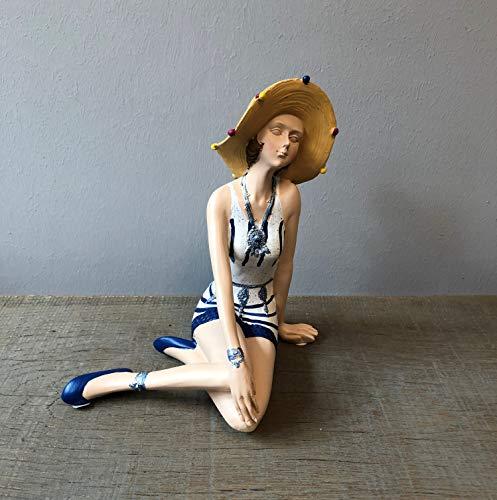 Wohnideen Kupke Deko Badefigur 18x16cm schlank elegant sitzend im verzierten blau weißem Kleid und Sonnenhut Retro Stil 50er 60er Jahre