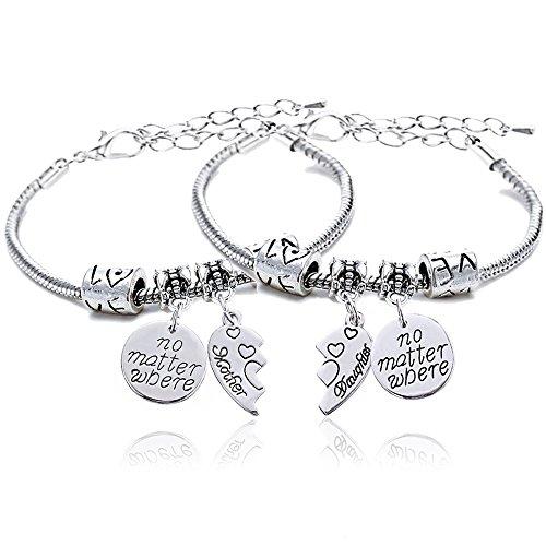 """Coppia di braccialetti, ciascuno con un ciondolo con incisione in lingua inglese 'No matter where"""" e cuore diviso a metà, per madre e figlia"""
