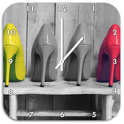 Stil.Zeit High Heels auf Hocker schwarz/weiß, Wanduhr Quadratisch Durchmesser 48cm mit weißen Spitzen Zeigern und Ziffernblatt