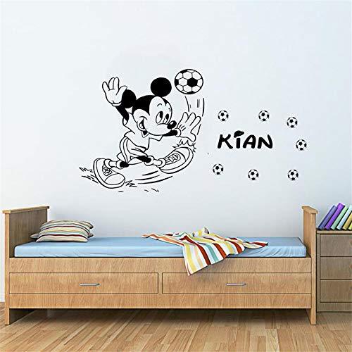 Mickey Muse-sticker Cartoon aangepaste naam Mickey Mouse spelen voetbal muurkunst gepersonaliseerde naam muurschildering kinderkamer decoratie 69.6x39.9 cm